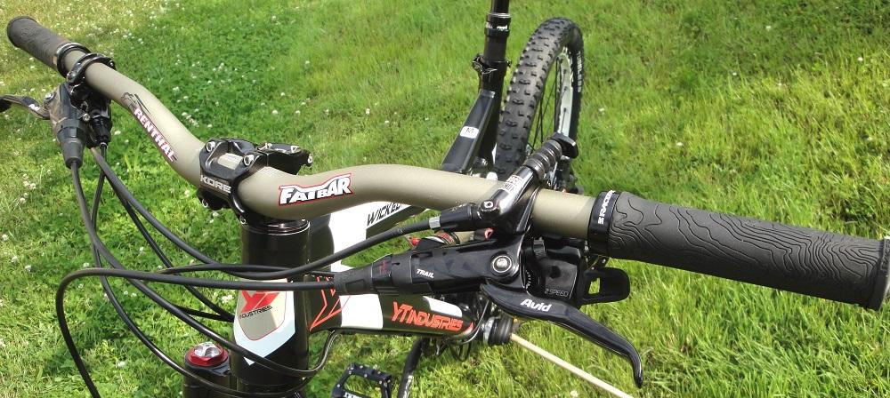 """Szeroka kierownica i krótki mostek to """"must-have"""" we współczesnych rowerach MTB"""