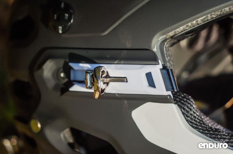 Test Bell Super 2R - zatrzask szczęki otwarty