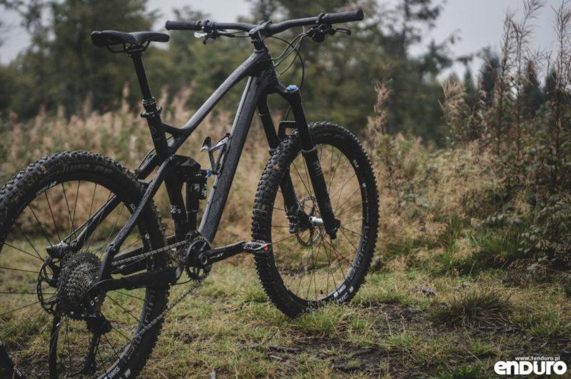 To rower ścieżkowy na sterydach, dla osób które lubią pościgać się w najtrudniejszych maratonach, na zmianę z epickimi, turystycznymi tripami po górach, ale stronią od najtrudniejszych tras i zawodów enduro czy bikeparków.