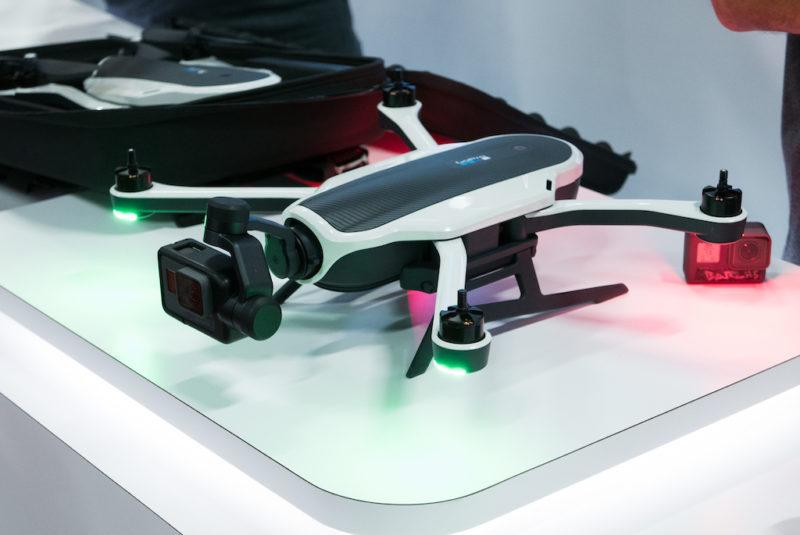 Kończąc temat elektroniki, warto wspomnieć o premierze nowych kamer GoPro Hero 5. Od razu w zestawie z dronem Karma. I z gimbalem. Całość jest o tyle sprytna, że gimbala można kupić i używać osobno, co pozwoli zmniejszyć o 68% ilość wymiotów przy oglądaniu nagrań. Jest jeszcze drugi powód, dla którego premiery GoPro zawsze przyciągają moją uwagę, mimo że nic nie nagrywam: świetny film reklamowy (tak, są rowery). / Fot. Pinkbike