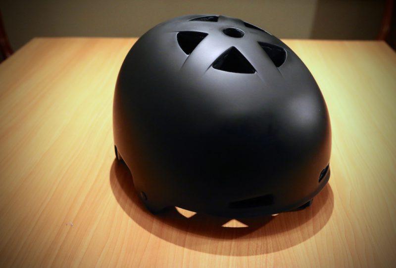 Ten niepozorny czarny orzeszek Kali's może być nośnikiem bardzo istotnej innowacji. Standardową piankę EPS zastąpiła pianka akrylowa, która potrafi - do pewnego stopnia - sama się naprawiać. Dzięki temu kask może przetrwać kilka solidnych gleb - klasyczny model powinien trafić do kosza już po pierwszej. / Fot. Pinkbike