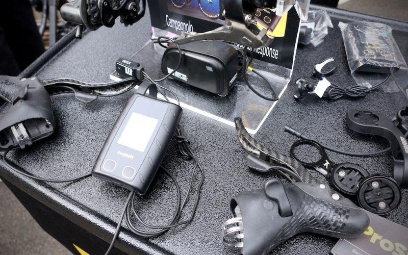 Jeśli nawet jedna manetka przerasta Twoje możliwości poznawcze, możesz zdecydować się na system ProShift, który obsłuży elektryczne napędy (SRAM eTAP, Shimano Di2) bez Twojego udziału. Biegi zmieniają się automatycznie na podstawie danych z czujników prędkości, kadencji i pulsu. Nie od dziś wiadomo, że Amerykanie mają problem z manualną zmianą biegów... ale żeby w rowerze? / Fot. Pinkbike
