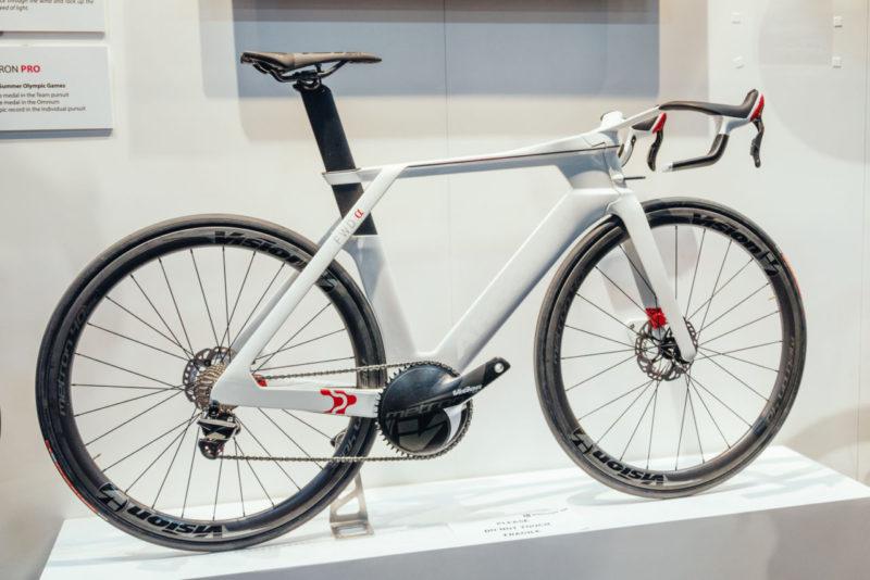 Idealny kandydat do takiego siodła to Argon 18 - concept-bike, którego najciekawszym elementem są zintegrowane hamulce. Trzeba przyznać, że to prawdziwie nieszablonowe podejście - czegoś takiego nie widziałem nawet w F1 czy Moto GP. / Fot. VitalMTB