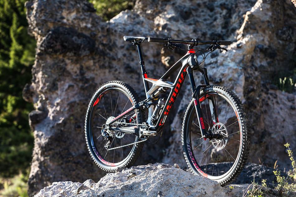 """Ten rower na górnej rurze ma napisane """"enduro"""", więc chyba można uznać go za przedstawiciela gatunku"""