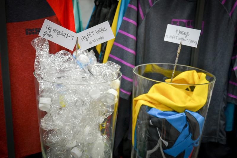 10 butelek PET = 1 koszulka. Sprzedają nam śmieci i jeszcze się tym chwalą...