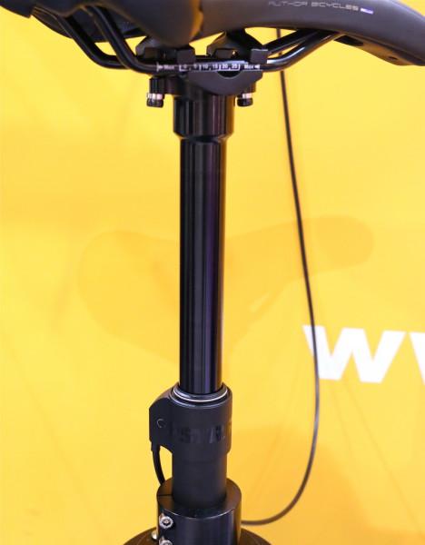 RST szykuje też swoją sztycę regulowaną w dwóch wersjach: tańszej (i ciężkiej jak kowadło) i droższej (z większym skokiem). / Fot. Pinkbike