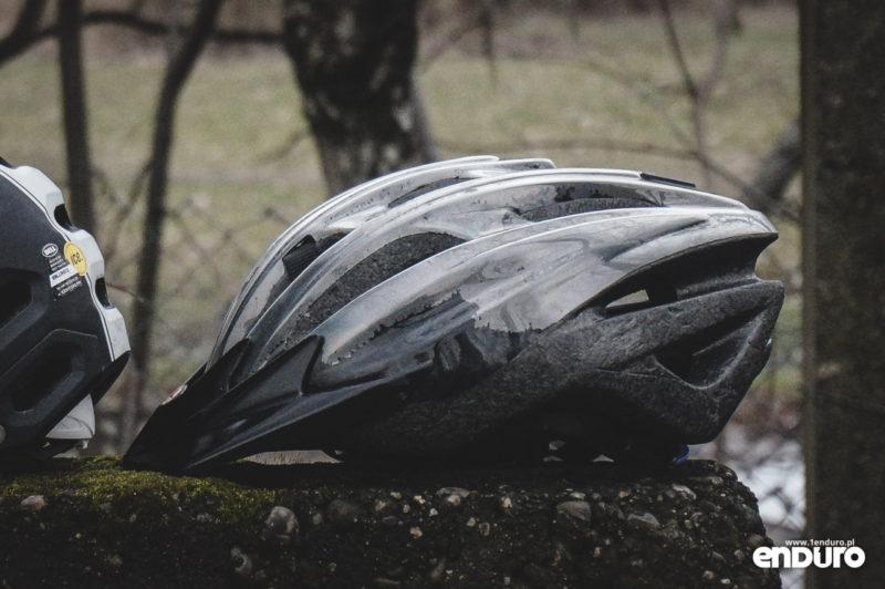Jak dbać o kask rowerowy - rysy i odbarwienia