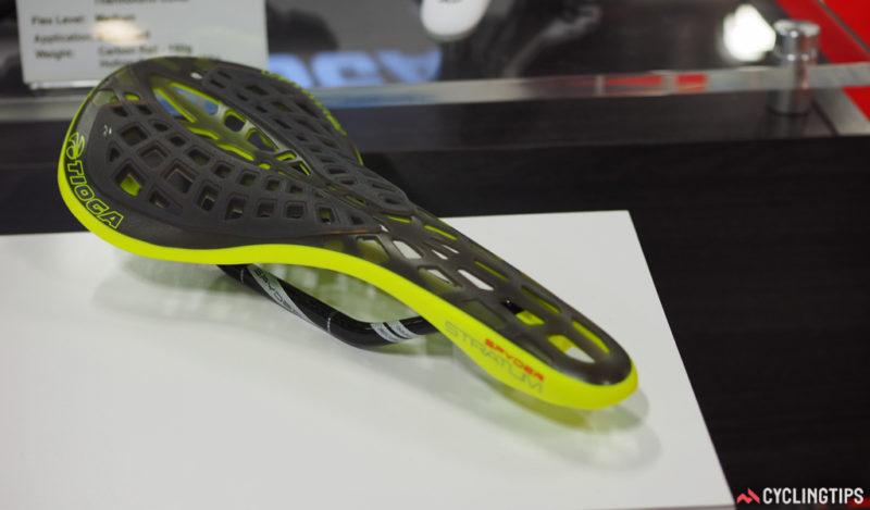 W podobnym klimacie jest nowe siodło Tioga Spyder Stratum. Trochę wygodniejsze od oryginalnego modelu dzięki zastosowaniu gumowych poduszek. Wygląda niezmiennie dobrze. / Fot. Cyclingtips