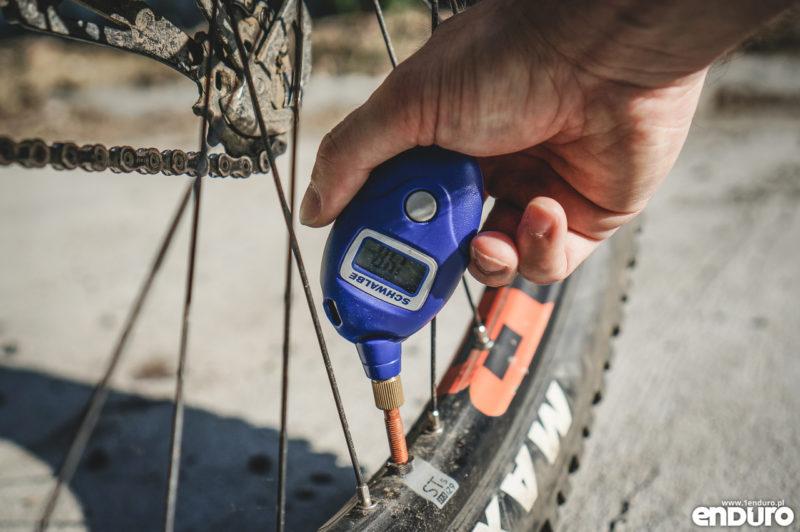 Jakie ciśnienie w oponach enduro - pomiar ciśnienia