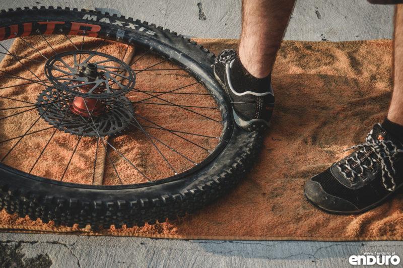 Jak ściągnąć z obręczy oponę rowerową - jak zdjąć z rantu