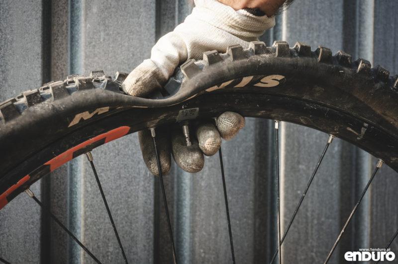 Jak założyć oponę rowerową - spuszczanie powietrza
