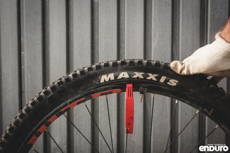 Jak założyć oponę rowerową - pierwsza łyżka przy wentylu
