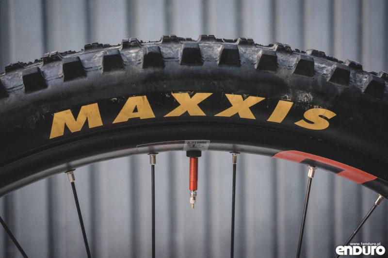 Jak założyć oponę rowerową - wentyl logo na oponie