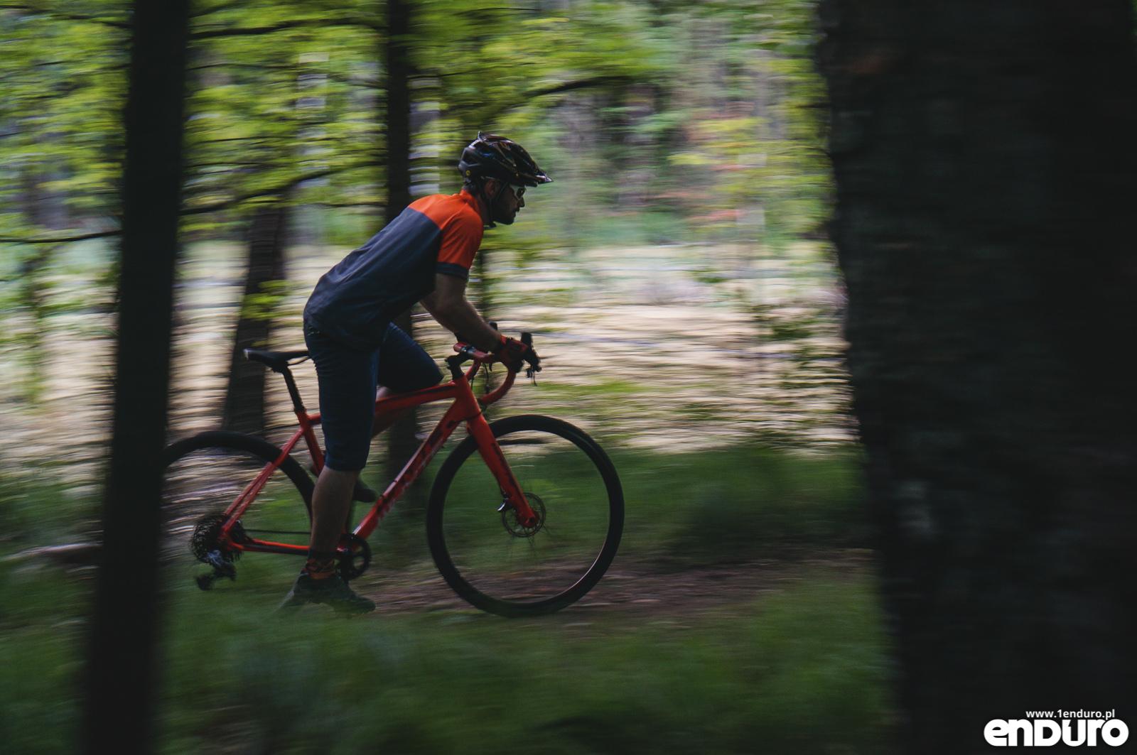 Gravel bike - rower szosowy na drogi szutrowe, leśne i