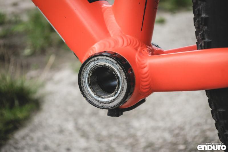 Piszczy skrzypi w rowerze, suporcie