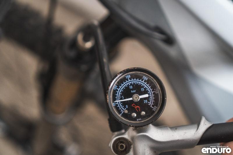 Regulacja zawieszenia - ustawienia amortyzacji w rowerze - ciśnienie / sag